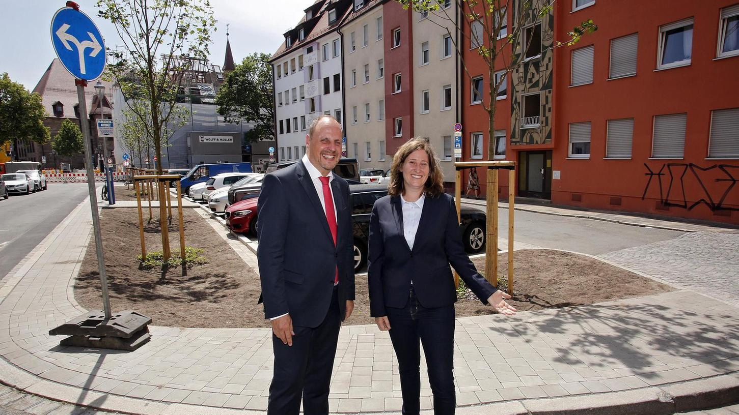 Als zweite Stadt in Deutschland hat Nürnberg mit Petra Wang eine Stadtbaum-Managerin. Gemeinsam mit Bürgermeister Christian Vogel stellt sie den mit Spitz-Ahornen neu gestalteten Platz am Heugäßchen vor.