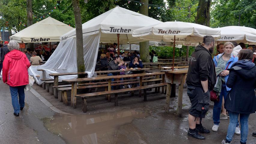 Erlangen: Der vorletzte Bergtag, ein Sonntag, begann wie immer mit dem Berg-Gottesdienst am Erich Keller. Dann aber auch mit andauernden Regen. Und somit auch mit weniger Besuchern für Frühschoppen oder Fahrgeschäfte. 16.06.2018. Foto: Harald Sippel