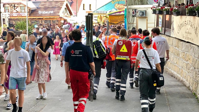 Die Bergkirchweih neigt sich langsam dem Ende zu: Bis zum Montag mussten die Helfer vom BRK fast 700 Patienten versorgen.