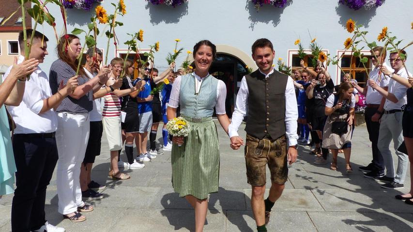 Zwei eingefleischte Fußballer des TSV Mörsdorf, Sabrina Gerner aus Mörsdorf und Matthias Maggauer aus Offenbau, haben im Freystädter Rathaus geheiratet.  Davor hatten sich die TSV-Frauenmannschaften, die die Braut trainiert und die erste Mannschaft, in der der Bräutigam spielt, aufgereiht. Sie hatten auch den Pokal mitgebracht, den der TSV Mörsdorf bei der diesjährigen Fußball-Stadtmeisterschaft gewonnen hatte. Die Brautleute nahmen einen großen Schluck Sekt daraus und schritten weiter zu den Arbeitskollegen der Braut sowie den Verwandten. Freunde hatten eine Getränke- sowie Imbissbar aufgebaut.  Nach dem Mittagessen trafen sich alle im Garten der Brauteltern zur Party. Die 28-jährige Sparkassenbetriebswirtin und Leiterin der Berchinger Filiale und der Controller (30) hatten sich bei einem Polterabend vormehr als fünf Jahren kennengelernt. Beide wohnen inzwischen in Freystadt und sind gleich am darauffolgenden Montag zum Flittern in Richtung Südtirol und Gardasee aufgebrochen.