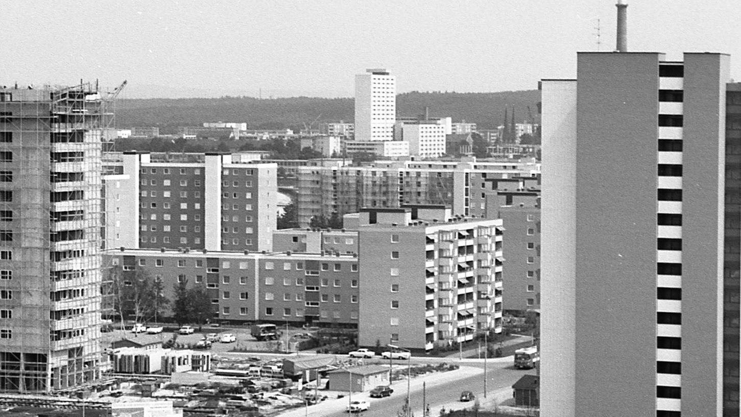 """Symbol der durch staatliche """"Spritzen"""" wieder lebhafter gewordenen Wohnungsbau-Tätigkeit: in der Nachbarschaft U in Langwasser wachsen Häuser aus dem Boden, in denen insgesamt 803 Familien ein modernes Dasein bekommen werden."""