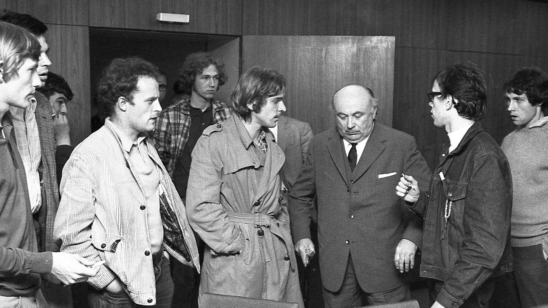 Nürnbergs Akademie-Präsident Professor Wunibaid Puchner bei einem Disput mit Studenten.