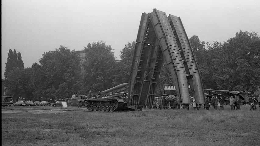 Eine transportable Brücke wird in drei Minuten von einem Panzerfahrzeug ausgefahren.  Hier geht es zum Artikel vom 21. Juni 1969: