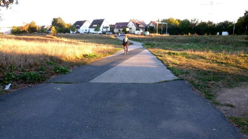 Im Augraben fehlt eine Randmarkierung, damit Radfahrer den Wegesrand auch bei schlechten Lichtverhältnissen leicht erkennen.