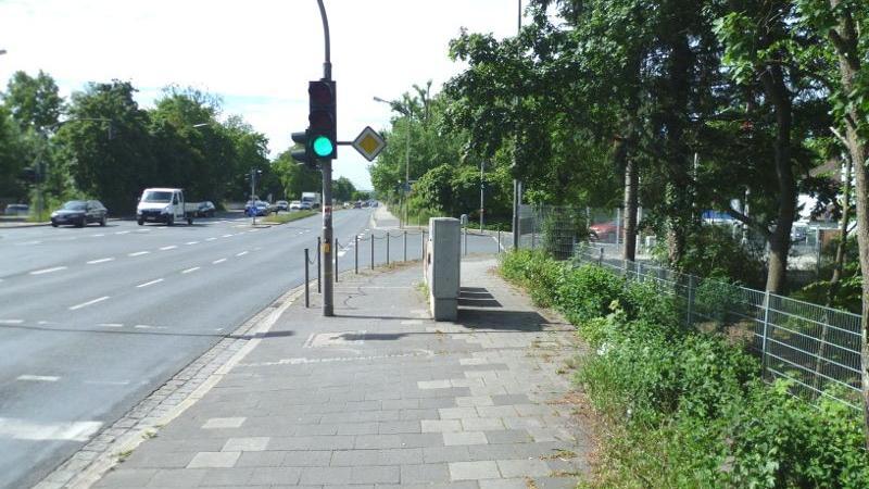 In der Äußeren Nürnberger Straße erwartet die Radfahrer auf dem Gehweg ein Hindernis - nicht gerade fahrradfreundlich.