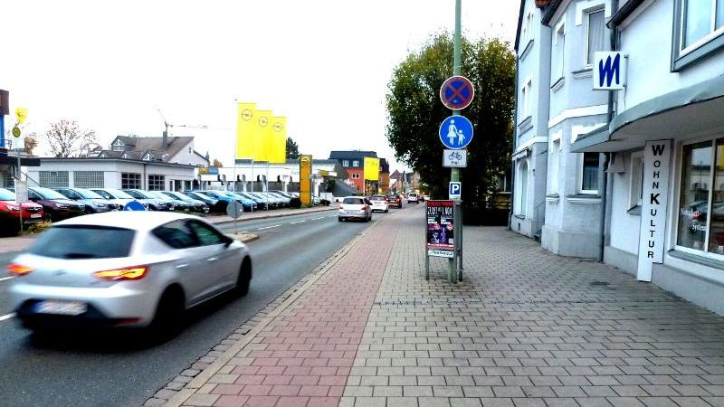 Die Rotmarkierung auf dem Gehweg in der Äußeren Nürnberger Straße kennzeichnet den Bereich für Radfahrer. Hier herrscht viel Verkehr. Studien zeigen, dass Radfahrer sich im Mischverkehr mit Autos am wenigsten sicher fühlen.