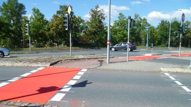 Die rote Radwegmarkierung ist laut ADFC vorbildlich, allerdings machen die vielen Kanten das Radfahren zu einer unangenehmen Angelegenheit.