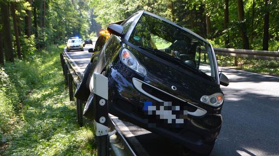 Ungewöhnlicher Unfall: Mit zwei Rädern über der Leitplanke