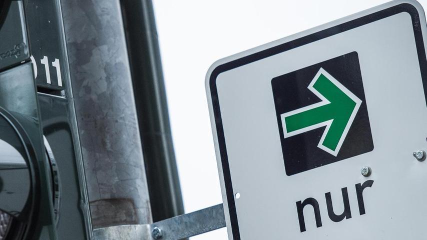 Mit der StVO-Novelle, so heißt es aus dem BMVI, wird die bestehende Grünpfeilregelung auch für Radfahrer ausgedehnt, die aus einem Radfahrstreifen oder baulich angelegten Radweg heraus rechts abbiegen wollen. Außerdem wird ein gesonderter Grünpfeil, der allein für Radfahrer gilt, eingeführt. Der ADFC begrüßt die Entscheidung, findet sie längst überfällig. Freies Rechtsabbiegen für Radfahrende sei in den Niederlanden, Dänemark und Frankreich bereits erfolgreich erprobt.