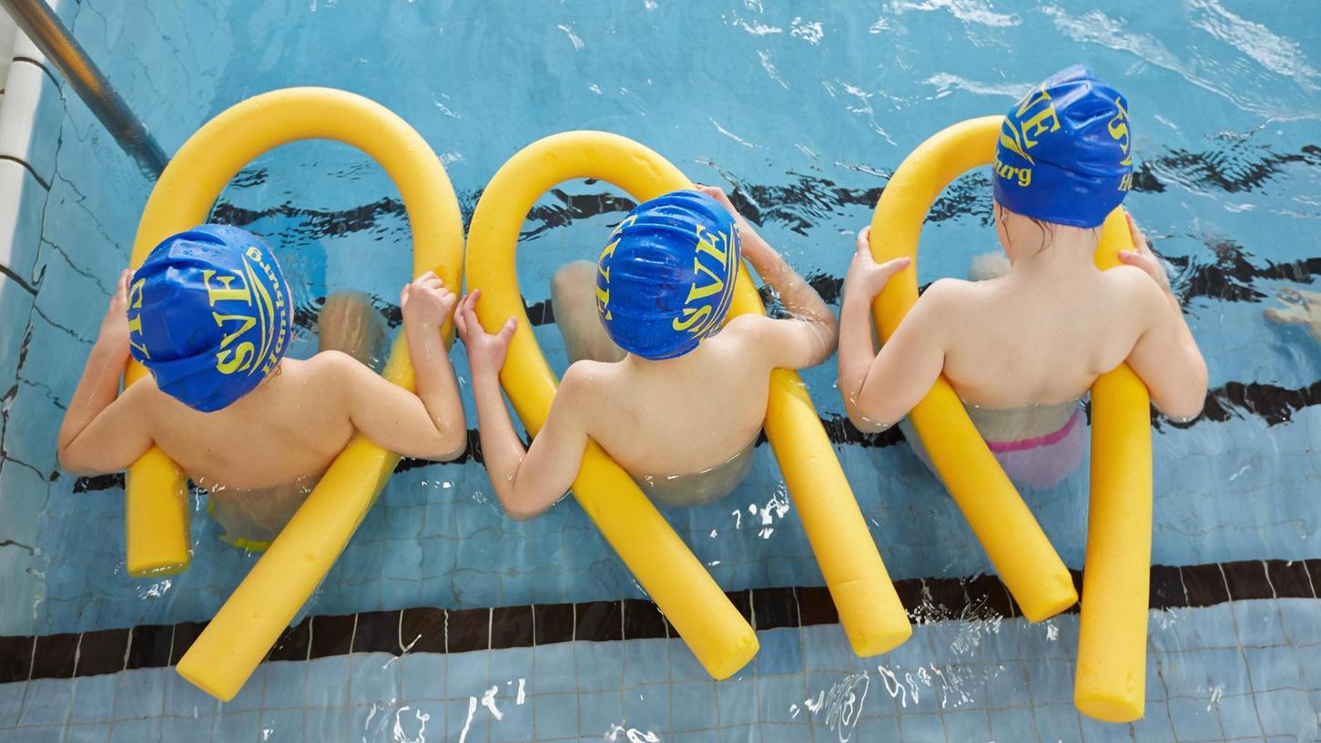 Das Seepferdchen allein heißt nicht, dass Kinder sicher schwimmen können. Damit schon die Kleinen regelmäßig üben können, bringt eine Initiative Hotelpools ins Spiel.