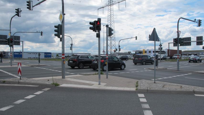 An der Obi-Kreuzung in Forchheim müssen Radfahrer beim Überqueren mehrmals auf Verkehrsinseln an Ampeln warten. Wenn jemand noch schnell hinüber möchte, wenn es gerade rot wird, kann es schnell ...