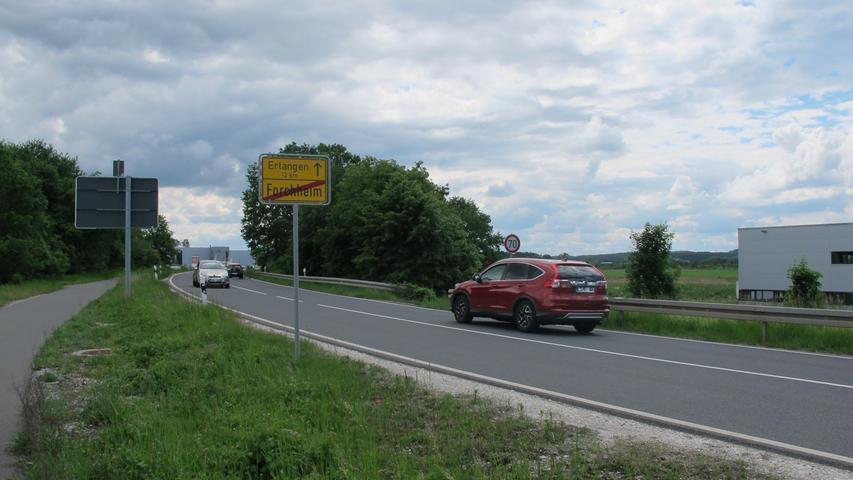 Gleiches gilt an dieser Stelle, eine Randmarkierung fehlt. Zusätzlich besteht hier auf der Staatsstraße 2244 in Richtung Erlangen...