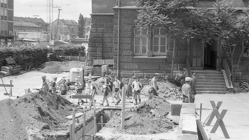 Die Sicherheitsvorkehrungen an der Steintribüne werden bereits in die Tat umgesetzt. Hier geht es zum Artikel vom25. Juni 1969: Die Eltern laufen Sturm