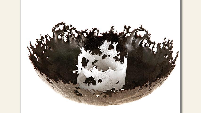 geb. 1955 in Nürnberg lebt in Nürnberg Black and White (2017) Durchmesser 26 cm, Höhe 8 cm; 0,8 kg Pate-de-Verre/Glas