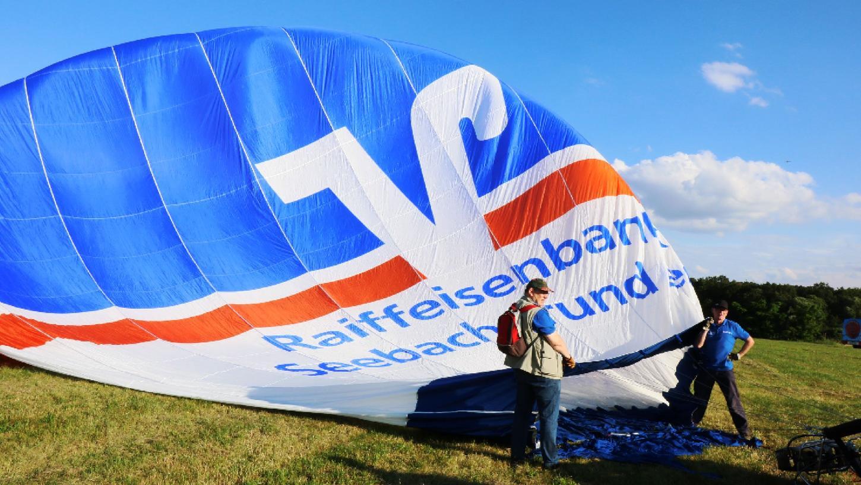 Die Hülle ist neu, die Farben des Ballons aber traditionell der Genossenschaftsbank entsprechend: Die Raiffeisenbank musste sich für ihren eigenen Ballon eine neue Hülle anschaffen.