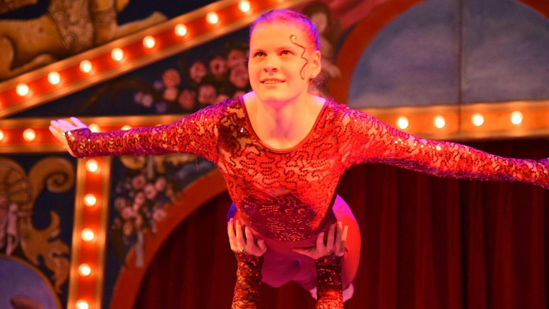 Höhenflüge unter der Zirkuskuppel: Nicht nur die Artisten hoben bei den beiden Aufführungen des Circus Sambesi in Neumarkt ab. Auch das Publikum war in Hochstimmung und belohnte die Auftritte mit reichlich Spenden.