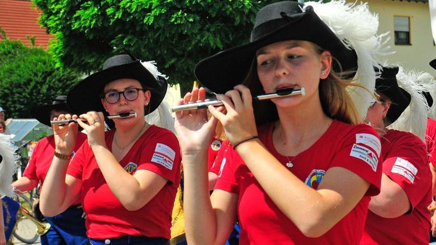 Der Spielmannszug der Freiwilligen Feuerwehr Höchstadt setzte mit seinen Landsknechts-Kostümen einen besonderen Farbakzent.