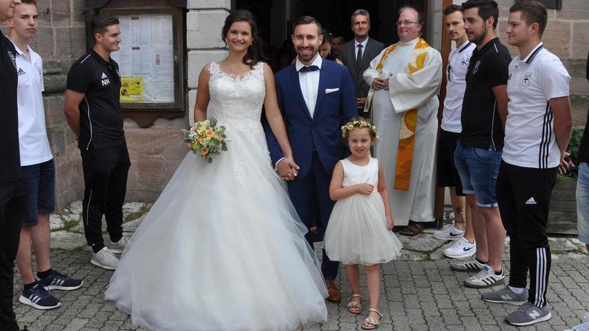 Nach der standesamtlichen Trauung vor einer Woche läuteten am Samstag die Hochzeitsglocken der Wallfahrtskirche Maria Hilf in Freystadt für Nadja (geborene Abraham) und Tobias Sippl. Den kirchlichen Segen spendete Pfarrer Markus Fiedler. Der feierliche Traugottesdienst wurde von der