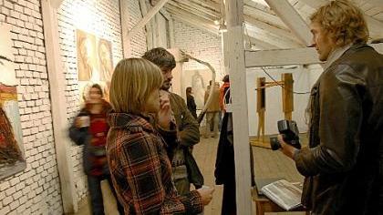 Streifzug durch Fürths Schatzkammern: Auch im Atelier von Akbar Akbarpour (li.) und in der Werkstatt von Edda Schneider fand das Publikum viel Interessantes.