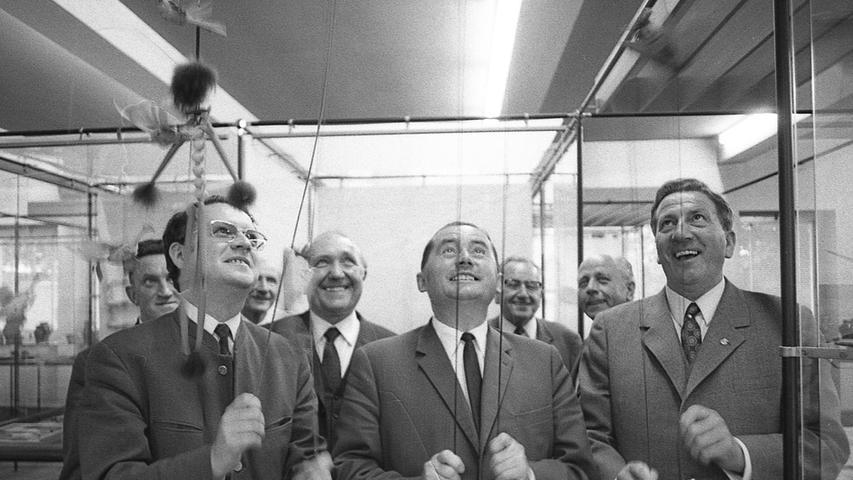 Abgeordnete lassen die Puppen steigen: Friedrich Weißkopf, Wilhelm Winkler, Konrad Frühwald und Bernhard Forster (vorne v.l.n.r.) ziehen in der Exportschau an den Strängen.  Die Sicherheitsvorkehrungen an der Steintribüne werden bereits in die Tat umgesetzt. Hier geht es zum Artikel vom 27. Juni 1969:
