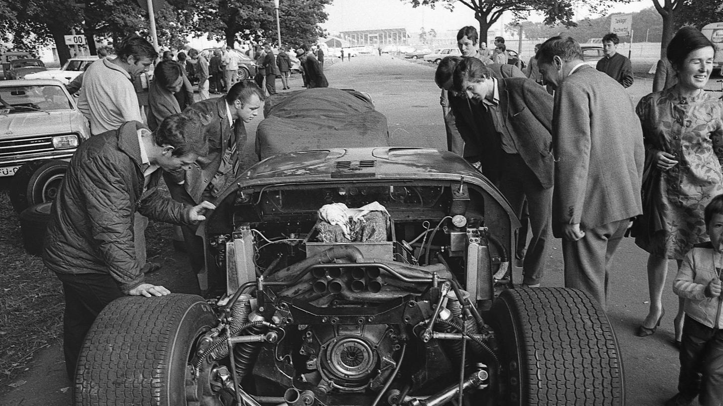 Zwischen den beiden Rennreifen, die eine Auflagefläche von nahezu 50 Zentimetern haben, ein Gewirr von Federn, Hebeln und Gestänge: Fahrwerk und Motor des Rennwagens von Brian Muir.