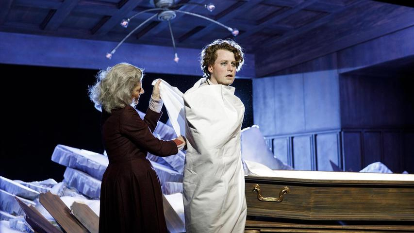 "In E.T.A. Hoffmanns intensivem Traum-Stück ""Der Sandmann"" spielte Maximilian Pulst den Nathanael, hier mit Annette Büschelberger als Mutter. Neben der zum Publikumsrenner avancierten"
