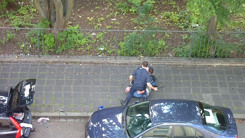 Die Aufnahmen zeigen, wie die Polizisten auf den am Boden liegenden Mann einprügeln.
