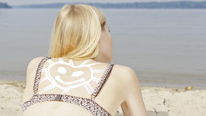 Die UV-Strahlung ist von etwa 11 bis 15 Uhr besonders stark. In dieser Zeit sollte man die Sonne eher meiden.