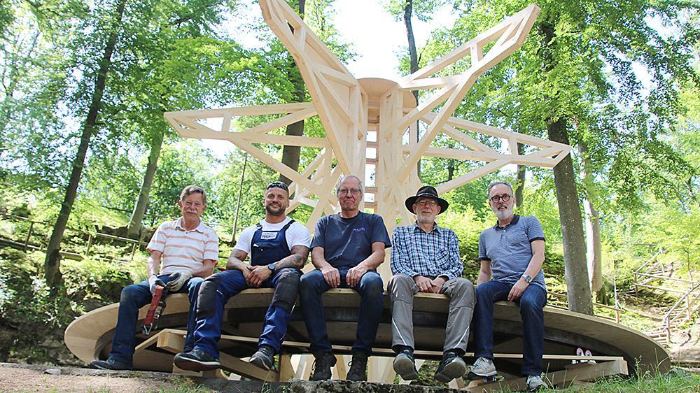 Ein Teil des Handwerker-Teams, das hinter dem Lebkuchenmann steht: Roland Ottinger, René Mößner, Wolfgang Maurer, Toni Petschl und Bühnenbildner Stefan Brandtmayr (v. li. n. re.). Hier auf einem Karussell, das eine wichtige Rolle im Stück spielen soll.
