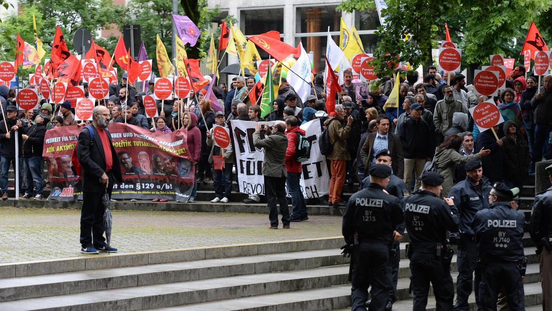 Seit Mai 2016 wird verhandelt. Immer wieder protestieren Sympathisanten vor dem OLG München gegen den Prozess.