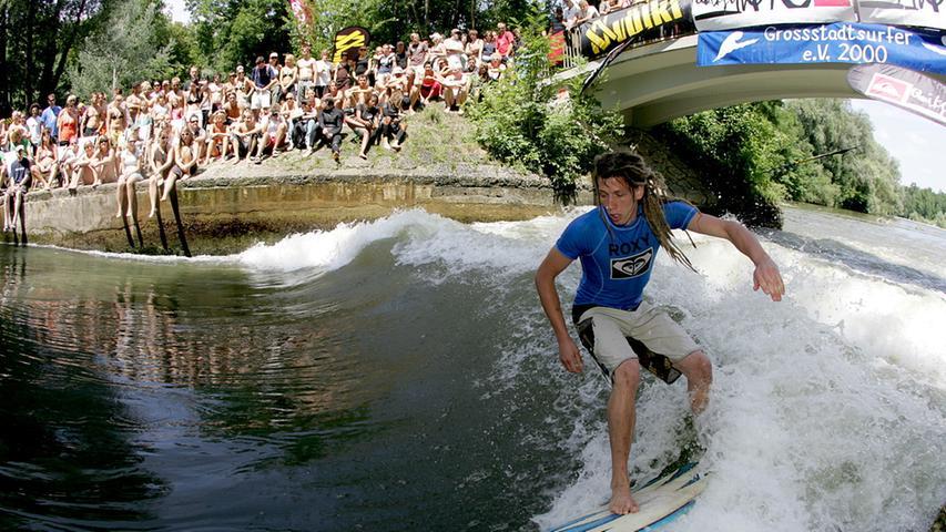 In der bayerischen Landeshauptstadt können Wasserfreunde schon längst wie hier im Englischen Garten einen Hauch von Strand erleben.