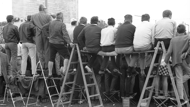 Wenn es voll wird, muss man erfinderisch sein. Hier wird die Leiter zum Sitzplatz.