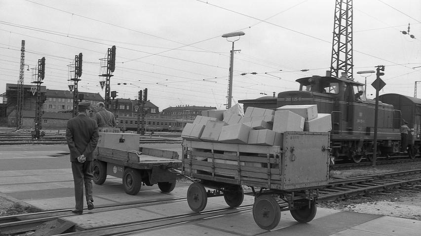 Die Deutsche Bundesbahn rückt energisch den Mängeln zu Leibe, die dem Nürnberger Hauptbahnhof anhaften. Das die Laien stets aufs neue faszinierende Gewirr der Weichen und Schienen ist überaltert.  Hier geht es zum Artikel vom 2. Juli 1969: