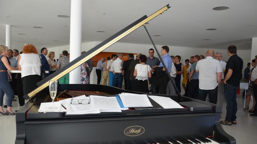 Rund 350 geladene Gäste kamen zur Eröffnung der neuen Gunzenhäuser Stadthalle, sie wurden im Foyer zunächst mit Klaviermusik unterhalten.