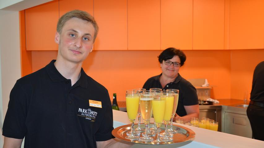 Das Team des Parkhotels servierte den Gästen der feierlichen Eröffnung Sekt und Orangensaft. Eine schöner Farbtupfer im weißen und sehr hellen Foyer ist die neue Bar.