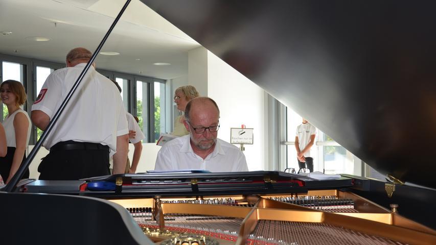 Jörg Puschban am Flügel musizierte zu Beginn der Veranstaltung.