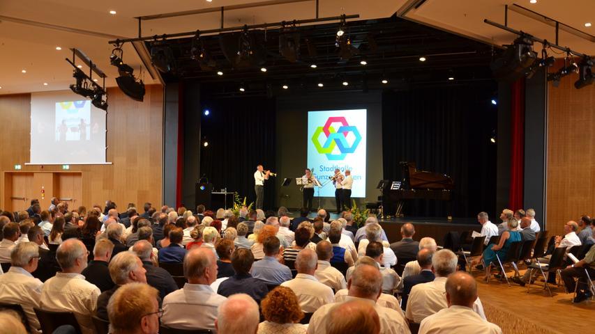 Rund 350 geladene Gäste konnten sich von der gelungenen Sanierung der Stadthalle überzeugen. Das Geschehen auf der Bühne wurde auf zwei Videoleinwänden wiedergeben.