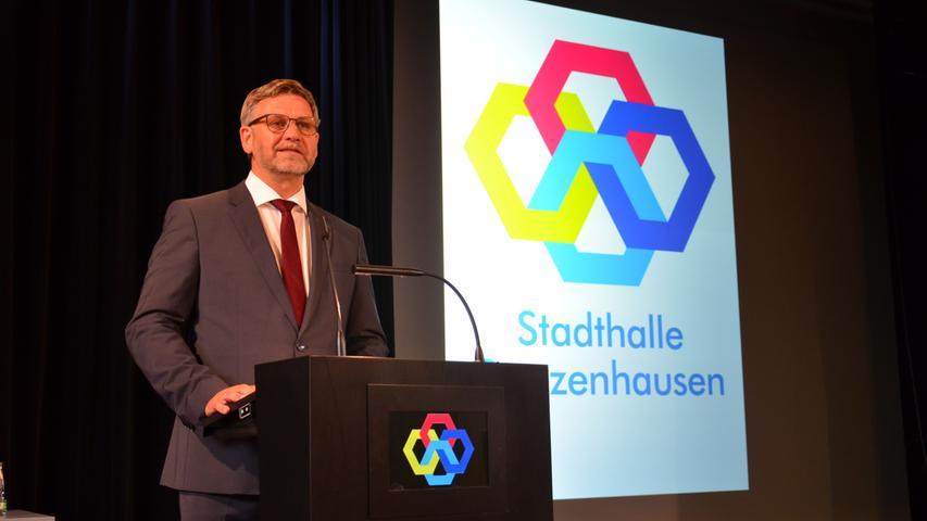 Bürgermeister Karl-Heinz Fitz freute sich sichtlich, endlich wieder Gäste in der Stadthalle begrüßen zu können und hielt nicht damit hinterm Berg, wie stolz er auf das Werk ist.