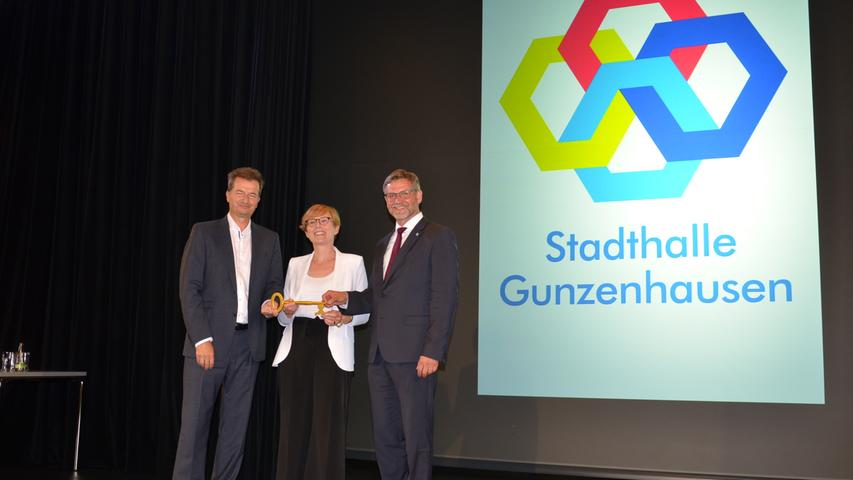 Architekt Michael Weinbrenner (links) übergab symbolisch den Hallenschlüssel an Bürgermeister Karl-Heinz Fitz und Stadtbaumeisterin Simone Teufel.