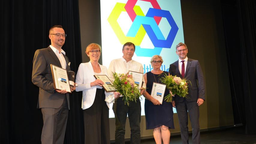 Bürgermeister Karl-Heinz Fitz (rechts) bedankte sich bei seinen Mitarbeitern: von links Christoph Heller (Bauamt), Stadtbaumeisterin Simone Teufel, IT-Experte Horst Schäfer und Pressesprecherin Ingeborg Herrmann (von links).