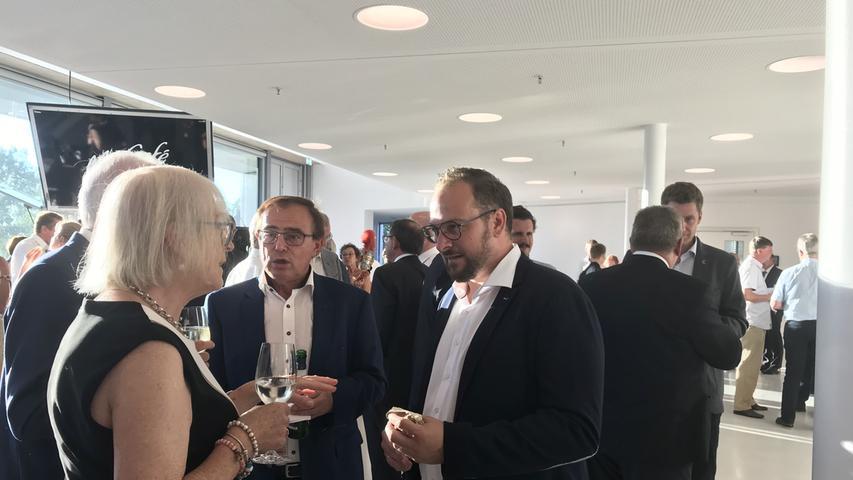 Bauunternehmer Patrick Bosch und Treuchtlingens Altbürgermeister Wolfgang Herrmann im Gespräch mit Ehrenbürger und Festredner Ingo Friedrich und Gattin Britta.