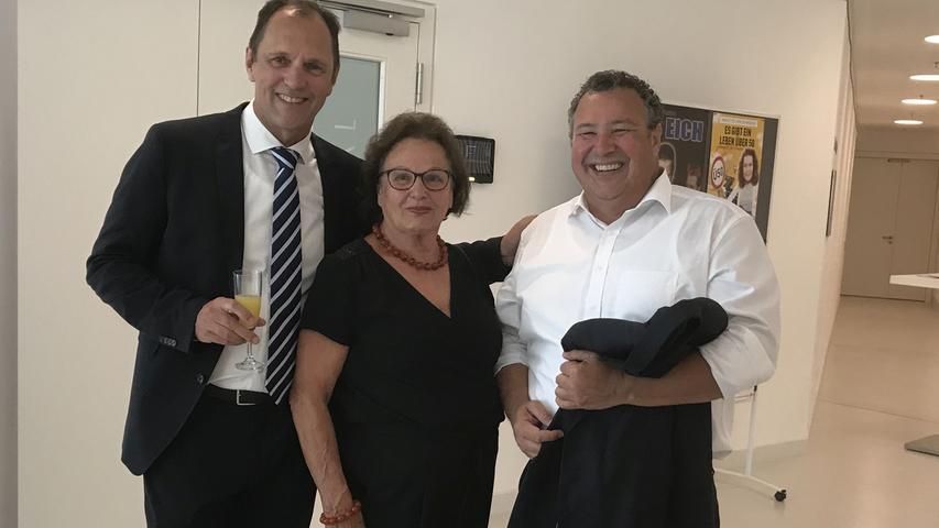 Auch Christoph Hilpert und seine Mutter Gertrud überzeugten sich vom  gelungenen Umbau der Gunzenhäuser Stadthalle, der Leiter des Personalamts  Harald Gebhardt war ebenfalls gekommen.