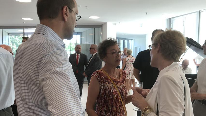 Die Vorsitzende der SPD-Stadtratsfraktion Angela Schmidt gehörte, wie der gesamte Stadtrat und alle Ortssprecher, zu den geladenen Gäste und plaudert hier mit Stadtbaumeisterin Simone Teufel.