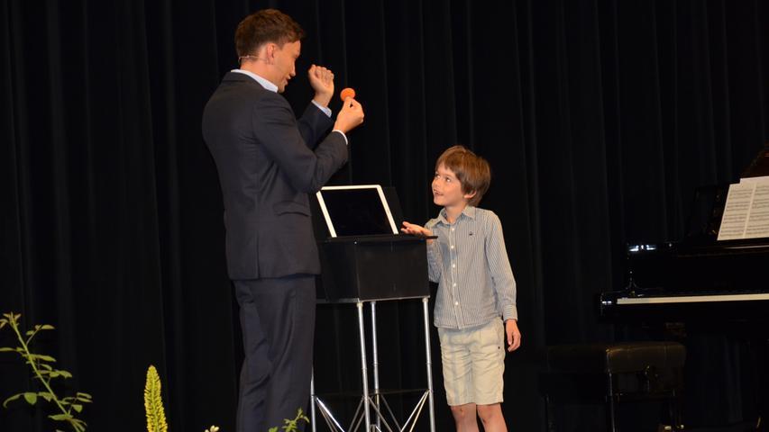 Der siebenjährige Alex war hellauf begeistert: Digital-Magier Christoph Wilke holte ihn auf die Bühne und brachte ihm einen Zaubertrick bei.