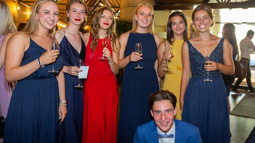 Abifeier am Hardenberg-Gymnasium in Fürth: Raffinierte Kleider und schicke Roben