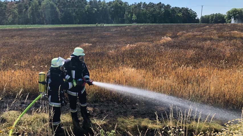 Drei Hektar Acker in Flammen: 50 Feuerwehrleute im Einsatz