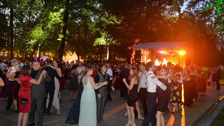 Bunte Lichter und ein großes Feuerwerk beim Schlossgartenfest