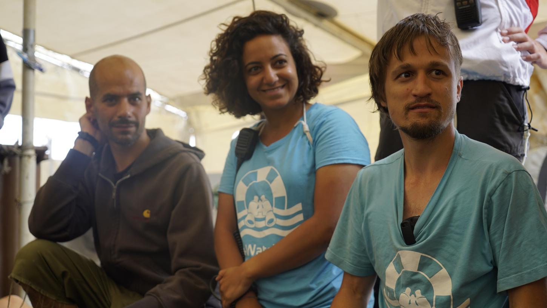 Bei einem Meeting gibt Lorenz Schramm (re.) Informationen an die Crew weiter, hier im Bild mit Bootsmann Dan Bedawi und Vermittlerin Haidi Sadik.