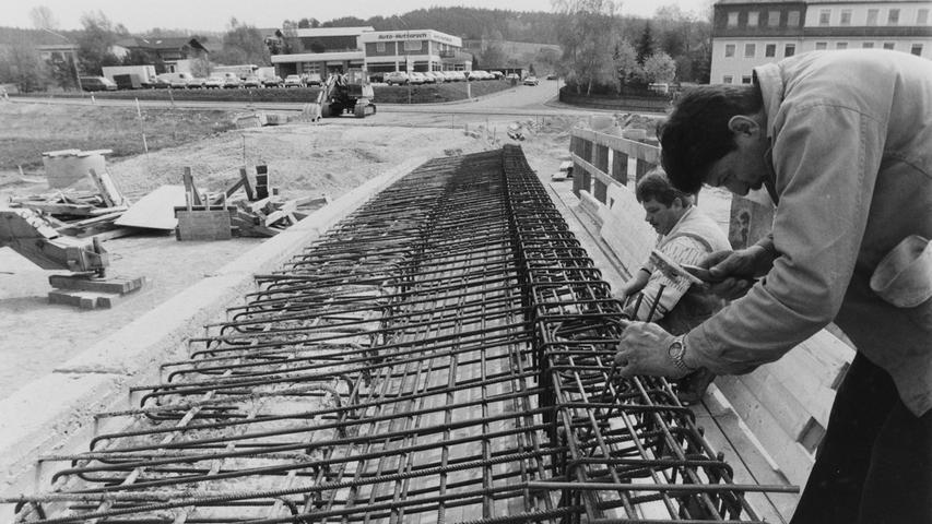 Mit Hochdruck wurde vor 25 Jahren am Bau der Guyancourt-Brücke gearbeitet. Die Realisierung der neuen Verbindung von der Bundesstraße 2 hinüber zum Pegnitzer Industriegebiet