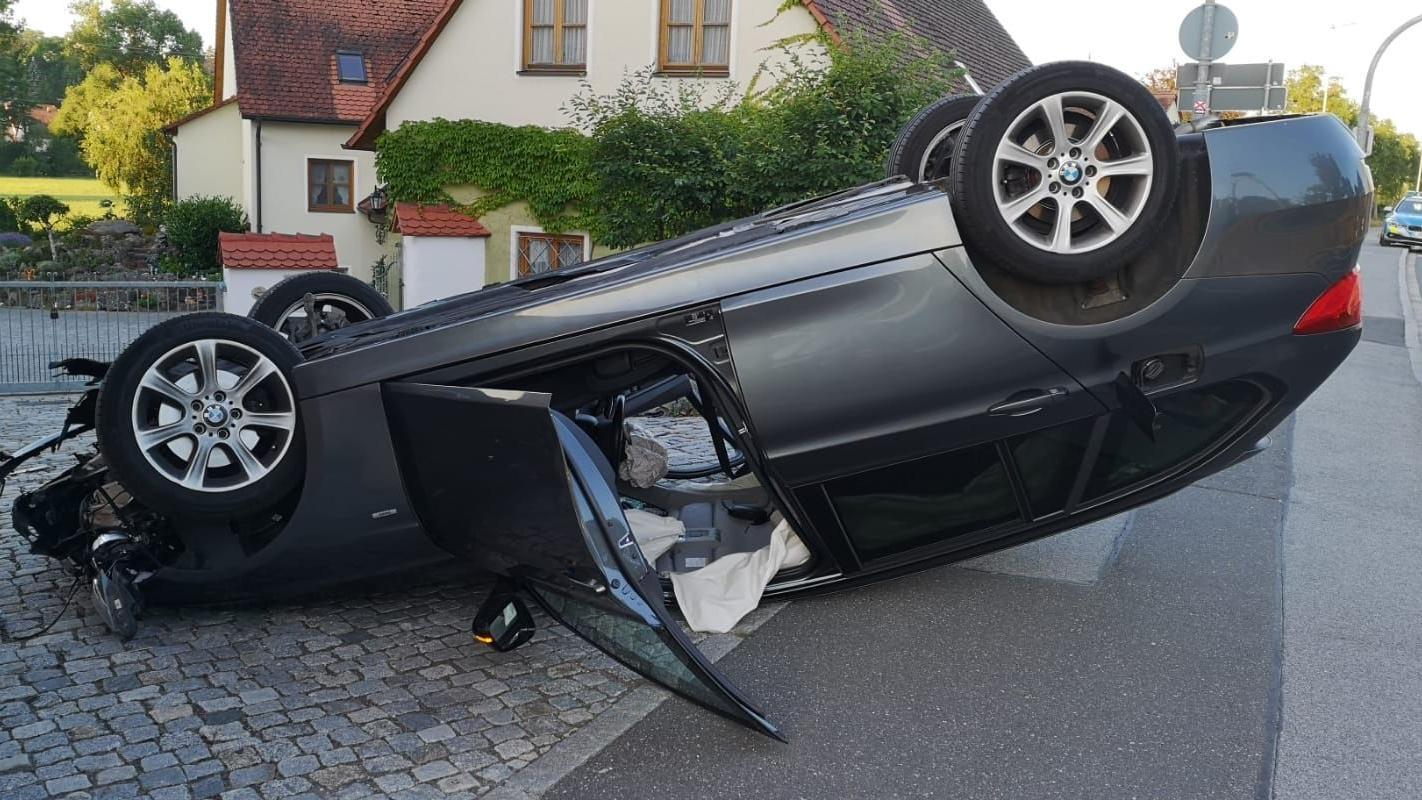 Am Mittwochmorgen hat sich in der Nürnberger Straße in Wilhermsdorf ein BMW überschlagen.